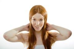 Mujer joven de la belleza con el pelo rojo del vuelo, divertido Fotos de archivo