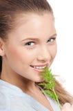 Mujer joven de la belleza con eneldo verde Foto de archivo