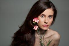 Mujer joven de la belleza con la flor Fotografía de archivo