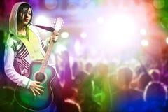 Mujer joven de la belleza con la guitarra Foto de archivo libre de regalías