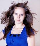 Mujer joven de la belleza en alineada azul Foto de archivo