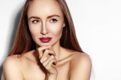 Mujer joven de la belleza en blanco Girl modelo hermoso con maquillaje, labios rojos, piel fresca perfecta Ligar la cara expresiv imagen de archivo libre de regalías