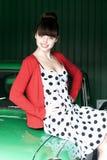 Mujer joven de la belleza en el coche verde Foto de archivo libre de regalías