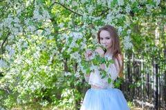 Mujer joven de la belleza en el jardín de la manzana Fotografía de archivo