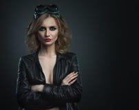 Mujer joven de la belleza en el tiro de cristal de la moda del estudio del soldador Fotos de archivo libres de regalías