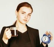 Mujer joven de la belleza en el traje del estilo del negocio que despierta para el trabajo Fotografía de archivo
