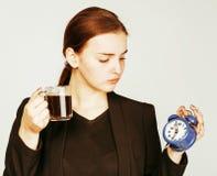 Mujer joven de la belleza en el traje del estilo del negocio que despierta para el trabajo Imagen de archivo libre de regalías