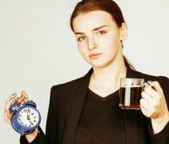Mujer joven de la belleza en el traje del estilo del negocio que despierta para el trabajo Foto de archivo libre de regalías