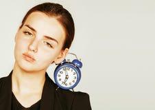 Mujer joven de la belleza en el traje del estilo del negocio que despierta para la madrugada del trabajo en el fondo blanco Imagen de archivo libre de regalías