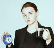 Mujer joven de la belleza en el traje del estilo del negocio que despierta para el trabajo Imagen de archivo