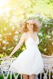 Mujer joven de la belleza en jardín floreciente imagen de archivo libre de regalías