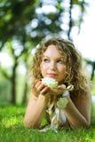 Mujer joven de la belleza en parque con la flor Fotos de archivo libres de regalías
