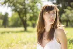 Mujer joven de la belleza en parque del verano Fotografía de archivo