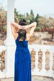 Mujer joven de la belleza en un vestido azul Fotos de archivo