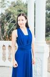 Mujer joven de la belleza en un vestido azul Foto de archivo