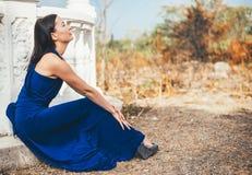 Mujer joven de la belleza en un vestido azul Fotografía de archivo libre de regalías
