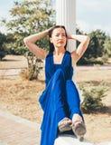 Mujer joven de la belleza en un vestido azul Foto de archivo libre de regalías