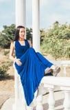 Mujer joven de la belleza en un vestido azul Fotografía de archivo