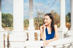 Mujer joven de la belleza en un vestido azul Imagenes de archivo