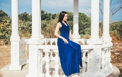 Mujer joven de la belleza en un vestido azul Imagen de archivo
