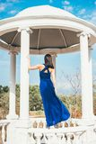 Mujer joven de la belleza en un vestido azul Imagen de archivo libre de regalías