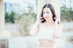 Mujer joven de la belleza en un vestido rosa claro Fotografía de archivo libre de regalías
