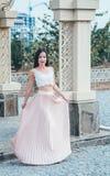 Mujer joven de la belleza en un vestido rosa claro Foto de archivo libre de regalías