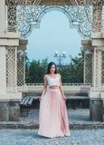 Mujer joven de la belleza en un vestido rosa claro Imagen de archivo