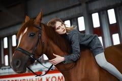 mujer joven de la belleza a horcajadas en un caballo Imagenes de archivo