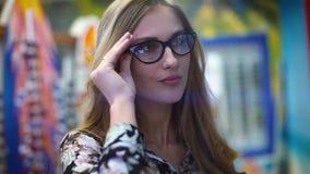 Mujer joven de la belleza que presenta sobre fondo de neón rojo de la ciudad de la noche y azul dramático almacen de video