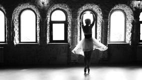 Mujer joven de la cámara lenta que baila ballet moderno almacen de metraje de vídeo