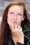 Mujer joven de la cara del freckel que piensa algo Foto de archivo libre de regalías