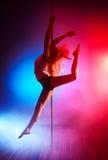 Mujer joven de la danza del poste Imagen de archivo libre de regalías