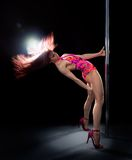 Mujer joven de la danza del poste Foto de archivo libre de regalías