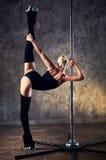 Mujer joven de la danza del poste Fotos de archivo libres de regalías