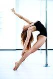 Mujer joven de la danza del poste Imagenes de archivo
