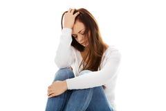 Mujer joven de la depresión que se sienta en el piso Fotos de archivo libres de regalías