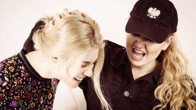 Mujer joven de la detención femenina del oficial de policía fotos de archivo