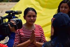 Mujer joven de la entrevista del reportero Imagenes de archivo