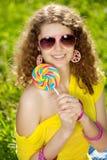 Mujer joven de la felicidad en una comida campestre en el parque Imagen de archivo