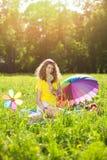 Mujer joven de la felicidad en una comida campestre en el parque Fotografía de archivo libre de regalías