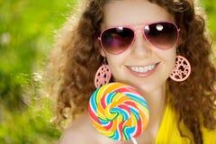 Mujer joven de la felicidad en una comida campestre en el parque Imagen de archivo libre de regalías