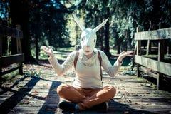 Mujer joven de la máscara del conejo del inconformista en otoño fotografía de archivo