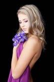 Mujer joven de la manera con maquillaje violeta con estilo fotografía de archivo