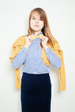 Mujer joven de la manera Corbata de lazo amarilla, camisa azul Foto de archivo libre de regalías