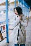 Mujer joven de la moda bonita que presenta en un muelle Imágenes de archivo libres de regalías