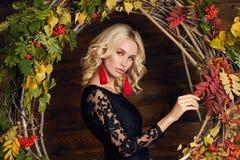 Mujer joven de la moda del otoño Imagen de archivo libre de regalías