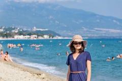 Mujer joven de la moda en la playa Fotos de archivo
