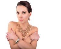Mujer joven de la moda hermosa con los accesorios de la joyería Fotografía de archivo