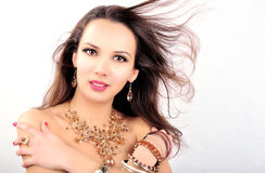 Mujer joven de la moda hermosa con los accesorios de la joyería Imágenes de archivo libres de regalías